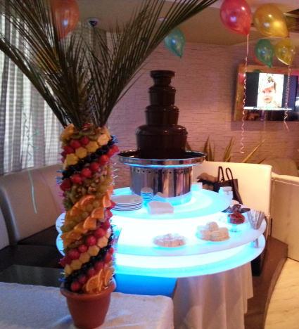 Шоколадный фонтан 85 см высотой, 7 кг шоколада и фруктовая пальма 5 кг