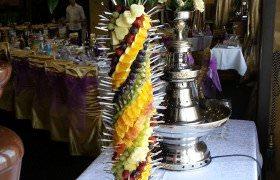фруктовая пальма из ананасов, клубники, киви, винограда