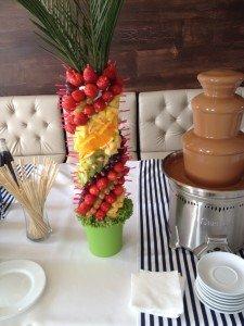 фруктовая пальма и маленький шоколадный фонтан